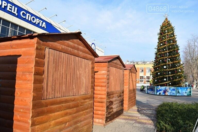 Новогодняя ярмарка и праздничная торговля: приметы Нового года наполняют Черноморск, фото-1