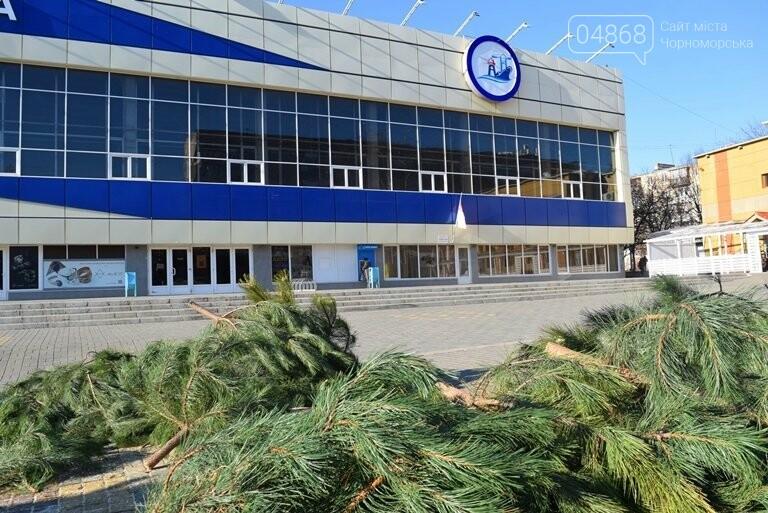 В Черноморске устанавливают главную городскую ёлку, фото-1