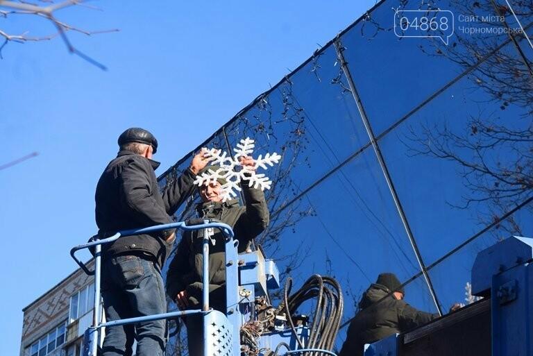 В Черноморске устанавливают главную городскую ёлку, фото-7