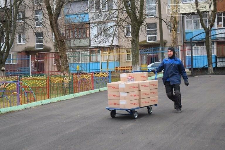 «Свято наближається»: в Черноморск привезли новогодние подарки для детей из садиков и школ, фото-7