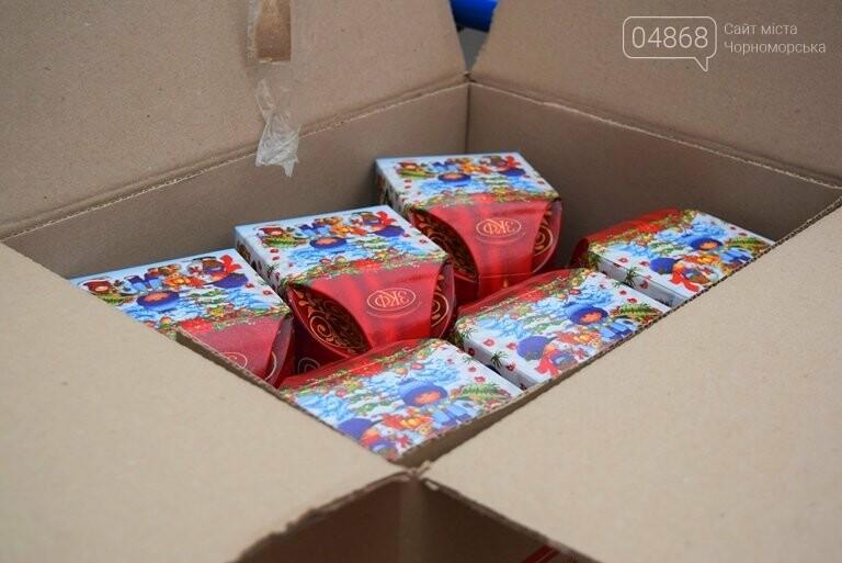«Свято наближається»: в Черноморск привезли новогодние подарки для детей из садиков и школ, фото-8