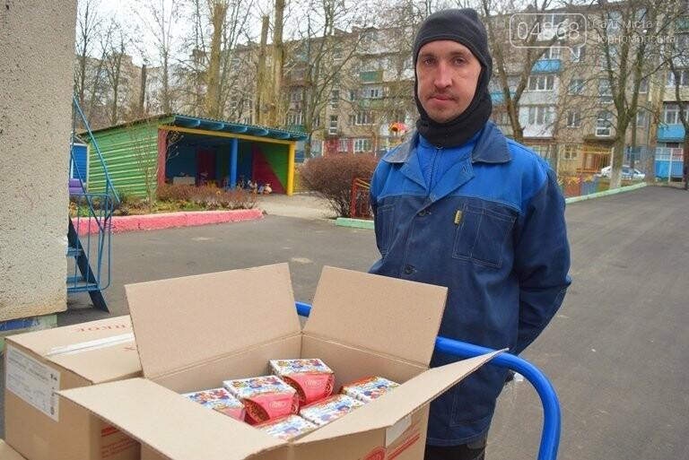 «Свято наближається»: в Черноморск привезли новогодние подарки для детей из садиков и школ, фото-9