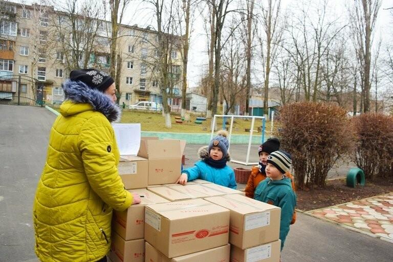 «Свято наближається»: в Черноморск привезли новогодние подарки для детей из садиков и школ, фото-6