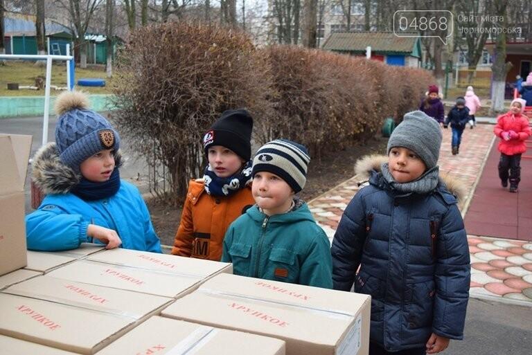 «Свято наближається»: в Черноморск привезли новогодние подарки для детей из садиков и школ, фото-4