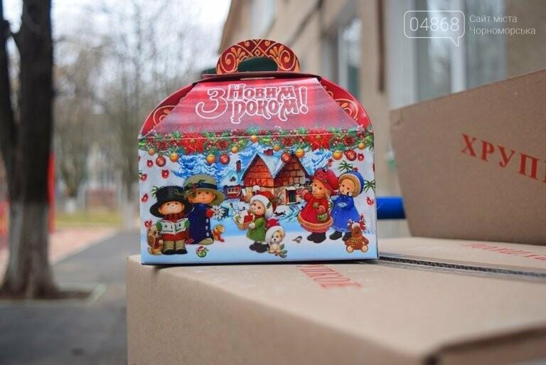 «Свято наближається»: в Черноморск привезли новогодние подарки для детей из садиков и школ, фото-3