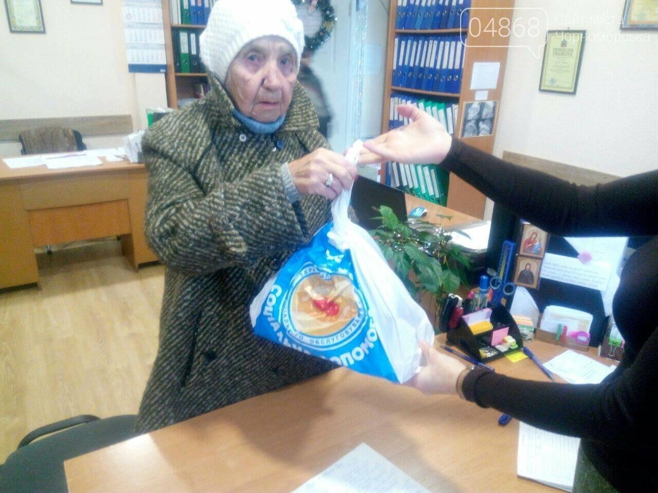 Дарить радость в канун Нового года – добрая традиция Территориального центра социального обслуживания Черноморска, фото-1
