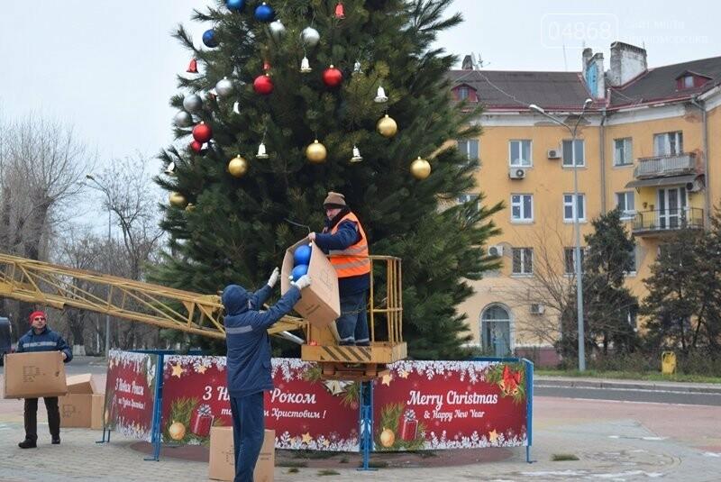 Новогодняя ёлка черноморских портовиков примеряет праздничный наряд, фото-5