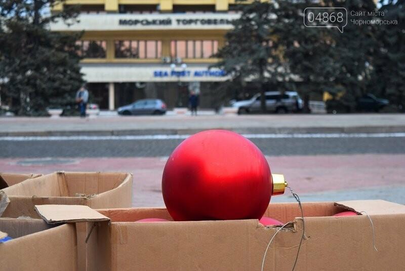 Новогодняя ёлка черноморских портовиков примеряет праздничный наряд, фото-1