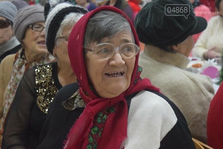 За предновогодними столами встретились 450 пожилых жителей Черноморска, фото-10