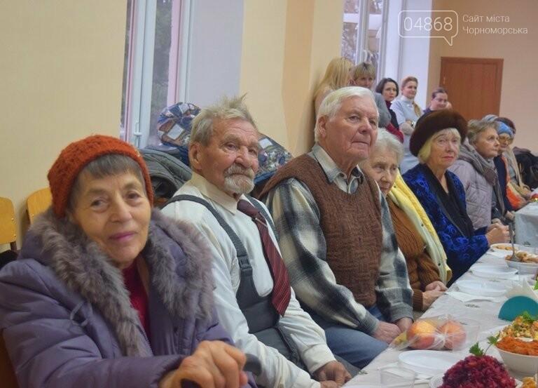 За предновогодними столами встретились 450 пожилых жителей Черноморска, фото-20