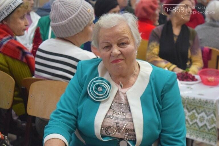 За предновогодними столами встретились 450 пожилых жителей Черноморска, фото-16