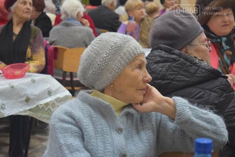 За предновогодними столами встретились 450 пожилых жителей Черноморска, фото-11