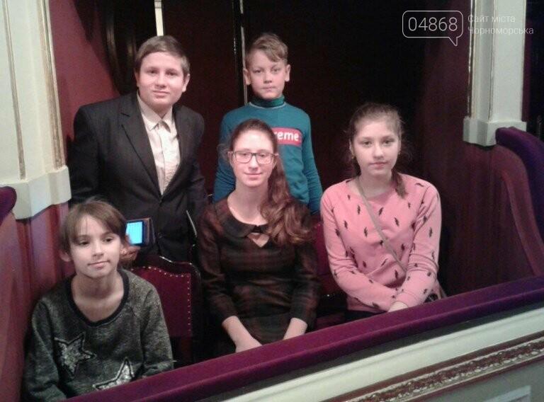 Новогоднее: облсовет пригласил маленьких жителей Черноморска в самый красивый театр Одессы, фото-5