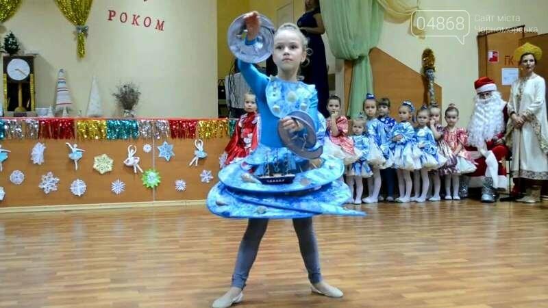 Эксклюзивные костюмы и яркие композиции: хореографическая студия «Радость» провела отчётный новогодний концерт для жителей Черноморска, фото-3