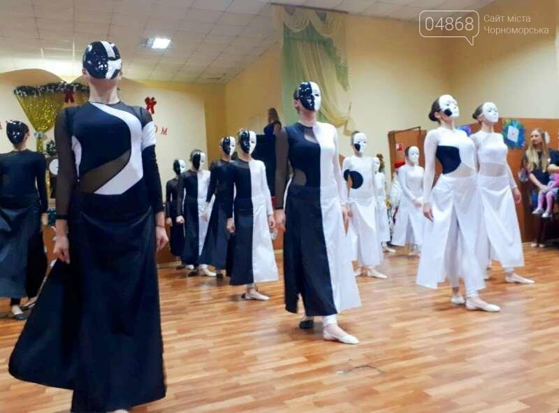 Эксклюзивные костюмы и яркие композиции: хореографическая студия «Радость» провела отчётный новогодний концерт для жителей Черноморска, фото-4