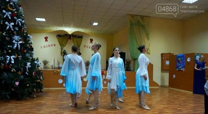 Эксклюзивные костюмы и яркие композиции: хореографическая студия «Радость» провела отчётный новогодний концерт для жителей Черноморска, фото-1