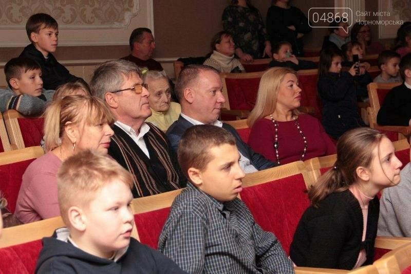 Юрий Крук поменял место работы – и стал помощником Деда Мороза для маленьких жителей Черноморска, фото-10