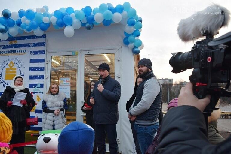 Дед Мороз на коньках и иллюминация от ООО «Люмьер»: в Черноморске прошёл праздник открытия ледового катка, фото-1