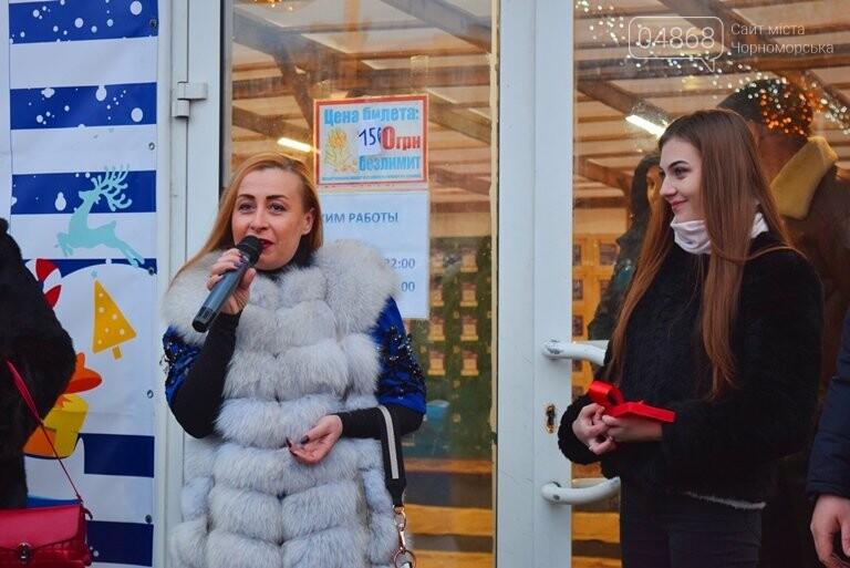 Дед Мороз на коньках и иллюминация от ООО «Люмьер»: в Черноморске прошёл праздник открытия ледового катка, фото-14