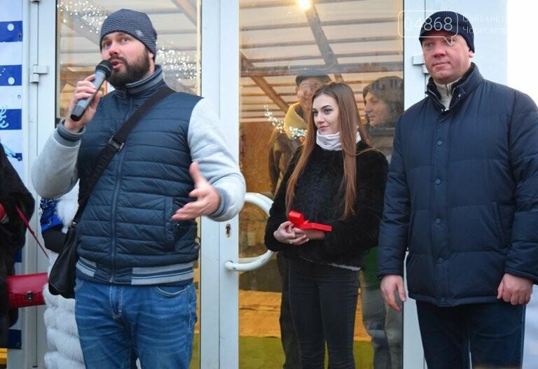 Дед Мороз на коньках и иллюминация от ООО «Люмьер»: в Черноморске прошёл праздник открытия ледового катка, фото-4