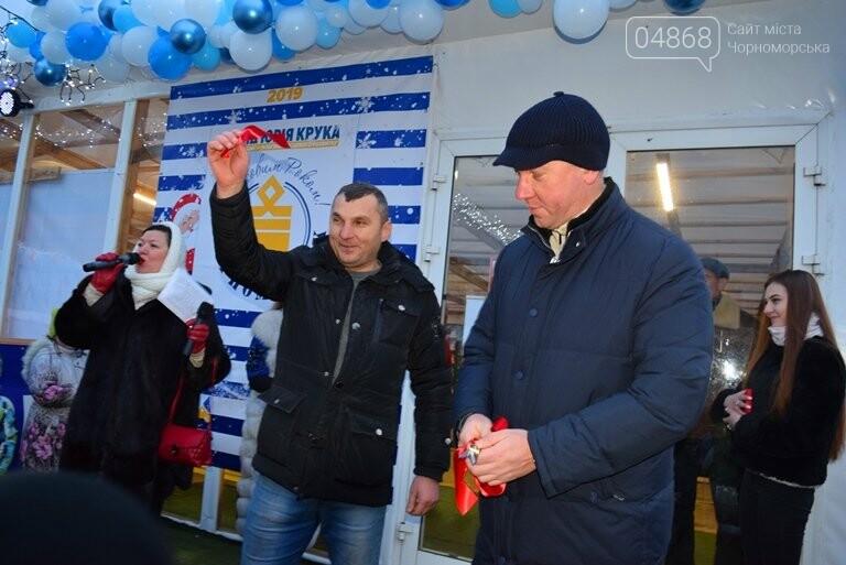 Дед Мороз на коньках и иллюминация от ООО «Люмьер»: в Черноморске прошёл праздник открытия ледового катка, фото-6