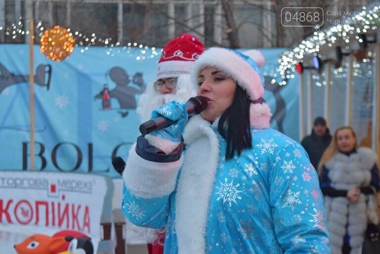 Дед Мороз на коньках и иллюминация от ООО «Люмьер»: в Черноморске прошёл праздник открытия ледового катка, фото-7