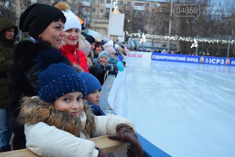 Дед Мороз на коньках и иллюминация от ООО «Люмьер»: в Черноморске прошёл праздник открытия ледового катка, фото-3
