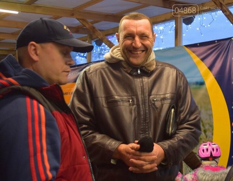 Дед Мороз на коньках и иллюминация от ООО «Люмьер»: в Черноморске прошёл праздник открытия ледового катка, фото-11