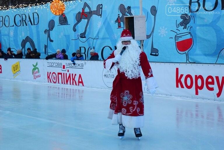 Дед Мороз на коньках и иллюминация от ООО «Люмьер»: в Черноморске прошёл праздник открытия ледового катка, фото-8