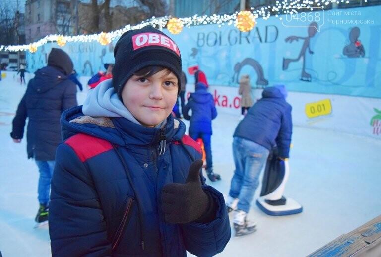 Дед Мороз на коньках и иллюминация от ООО «Люмьер»: в Черноморске прошёл праздник открытия ледового катка, фото-5