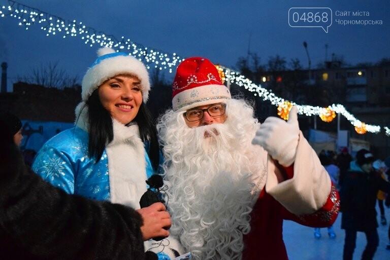 Дед Мороз на коньках и иллюминация от ООО «Люмьер»: в Черноморске прошёл праздник открытия ледового катка, фото-13