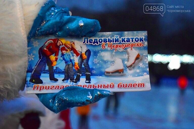 Дед Мороз на коньках и иллюминация от ООО «Люмьер»: в Черноморске прошёл праздник открытия ледового катка, фото-12