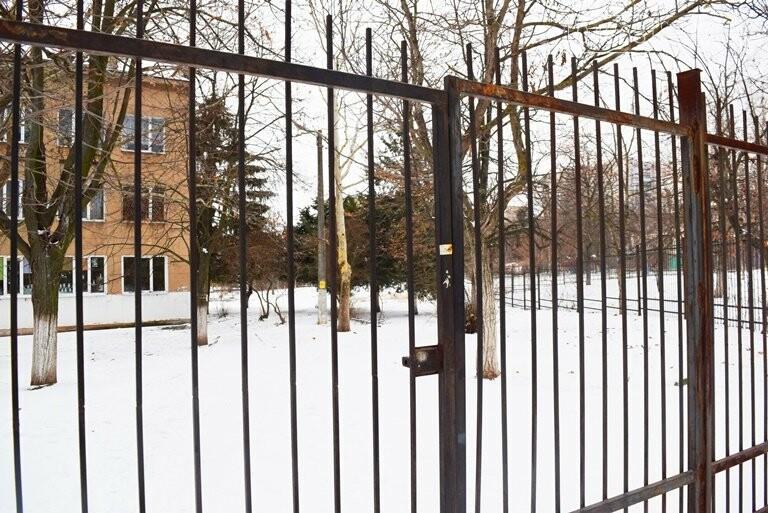 Кто и зачем заварил калитку на входе в одну из школ Черноморска? , фото-1