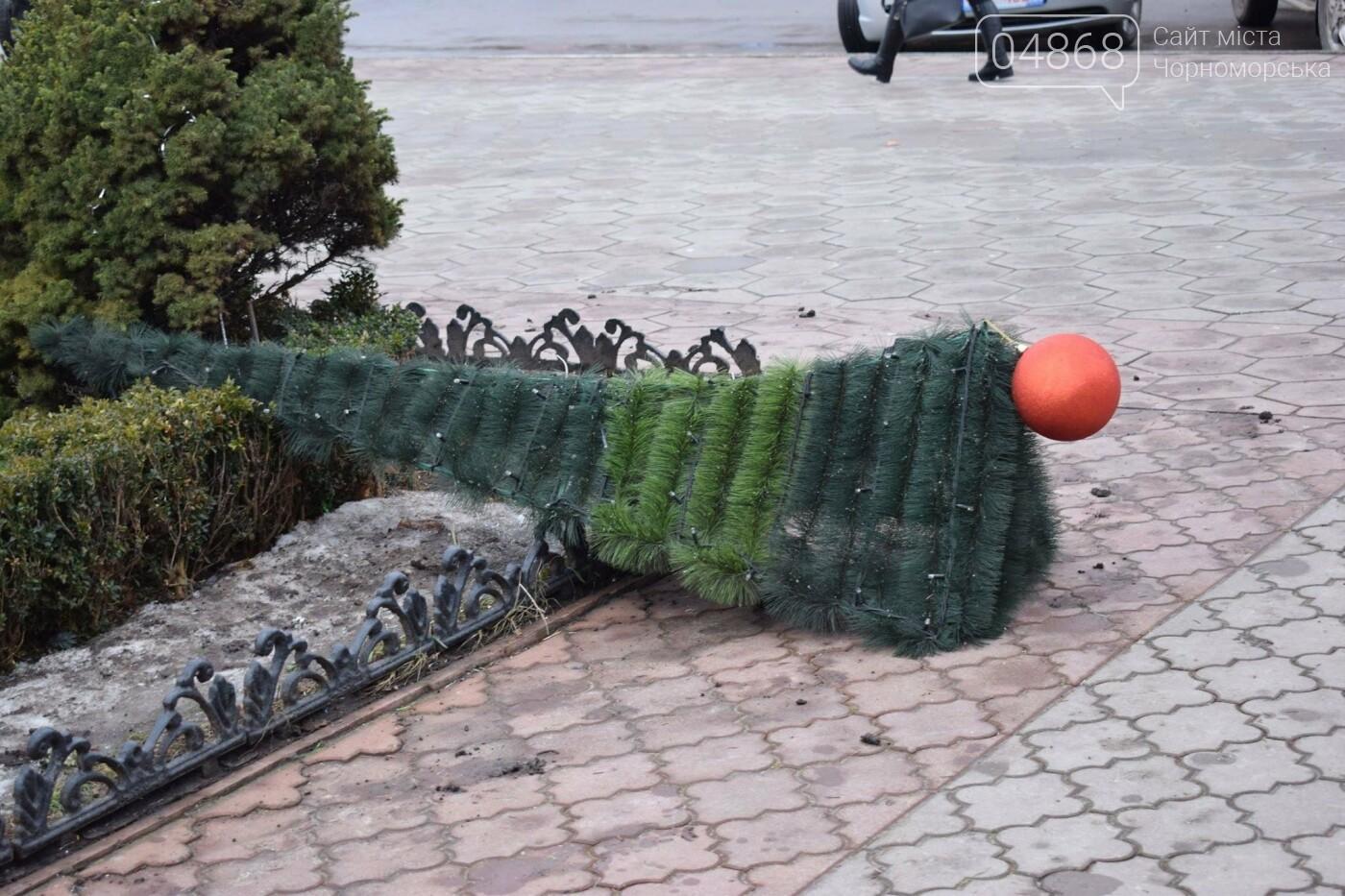 Немного грустно, но неизбежно: в Черноморске разбирают новогодние ёлки, фото-19