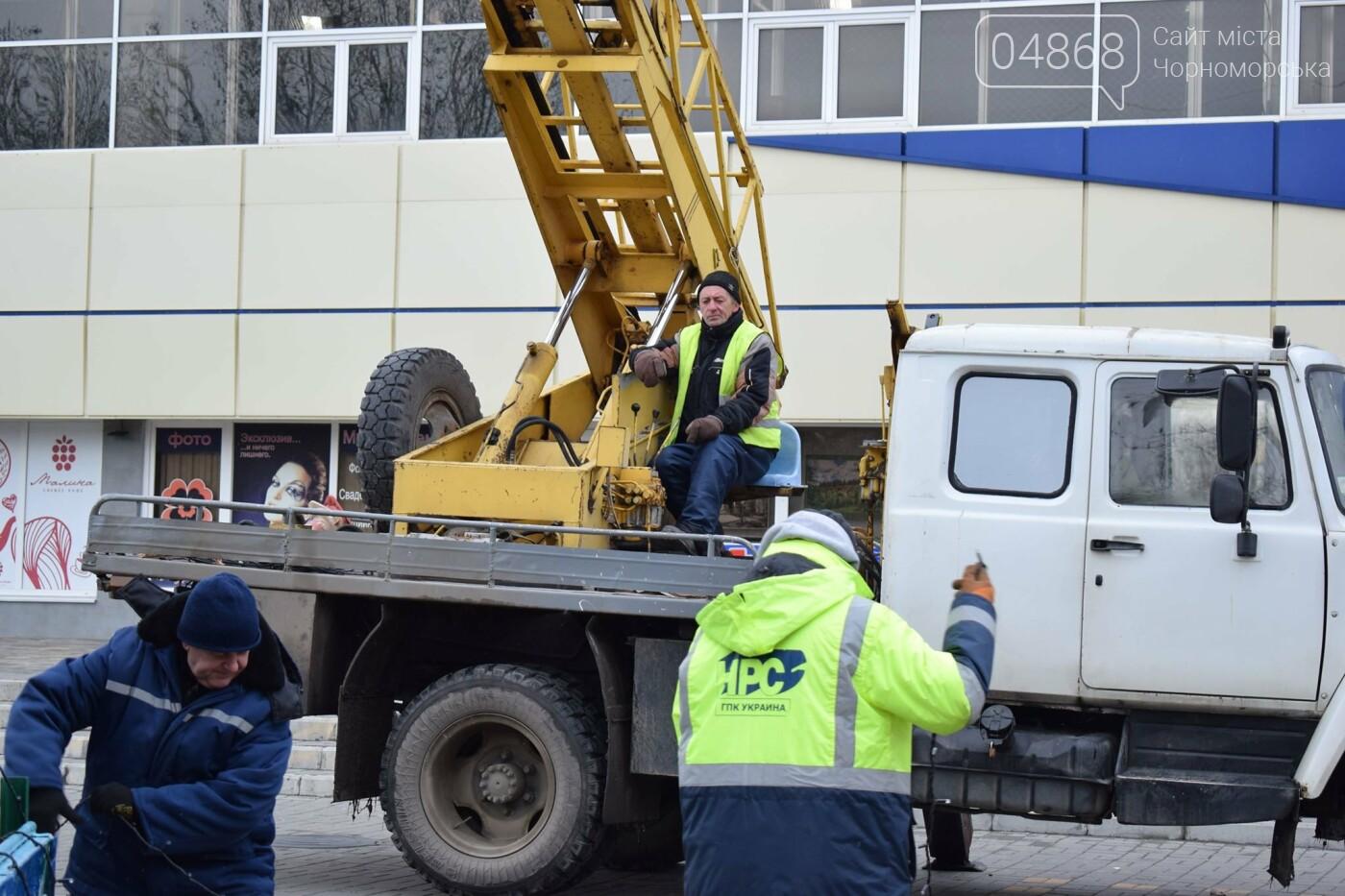 Немного грустно, но неизбежно: в Черноморске разбирают новогодние ёлки, фото-16