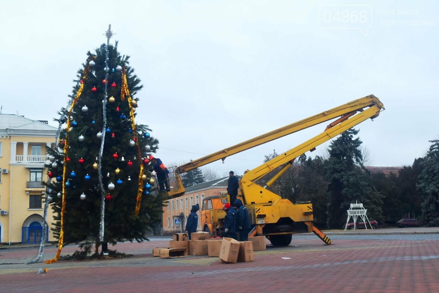 Немного грустно, но неизбежно: в Черноморске разбирают новогодние ёлки, фото-4