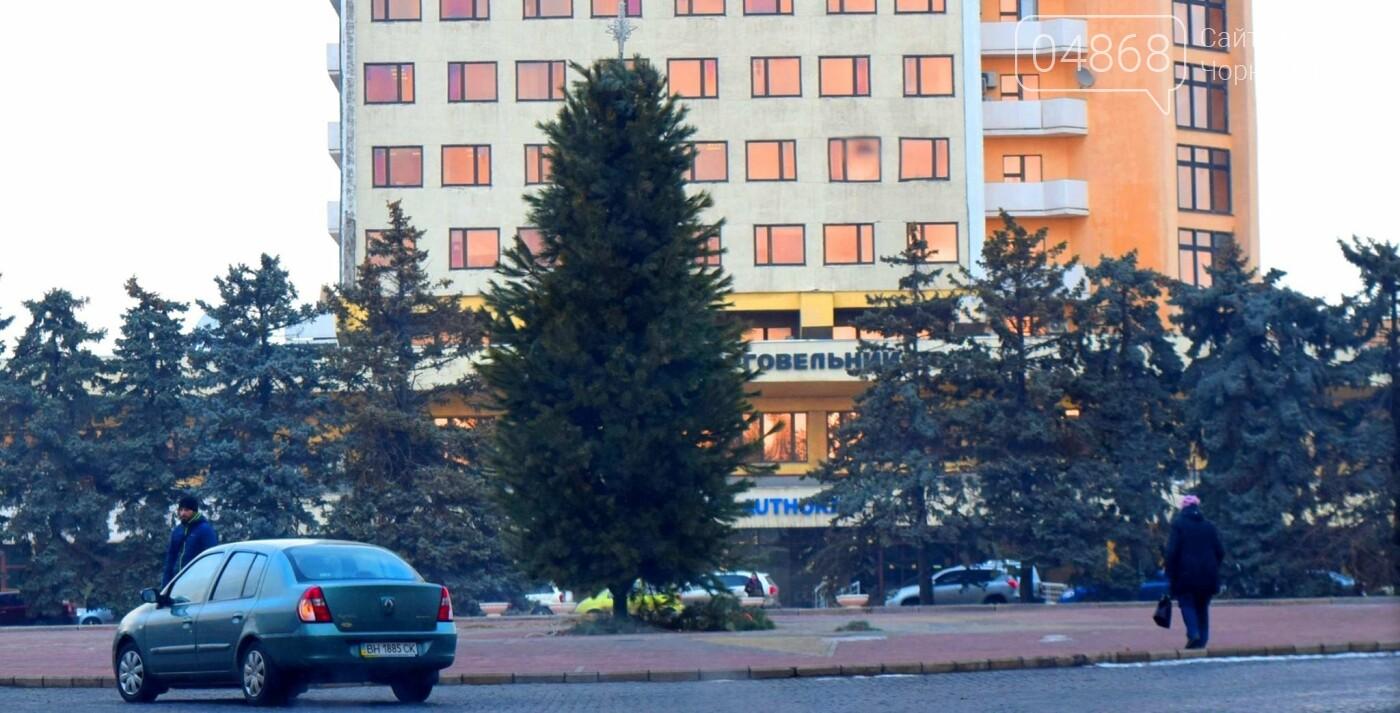 Немного грустно, но неизбежно: в Черноморске разбирают новогодние ёлки, фото-5