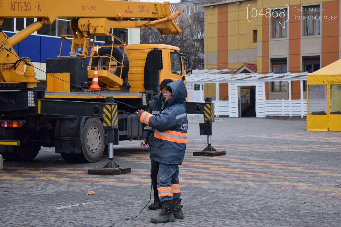 Немного грустно, но неизбежно: в Черноморске разбирают новогодние ёлки, фото-10