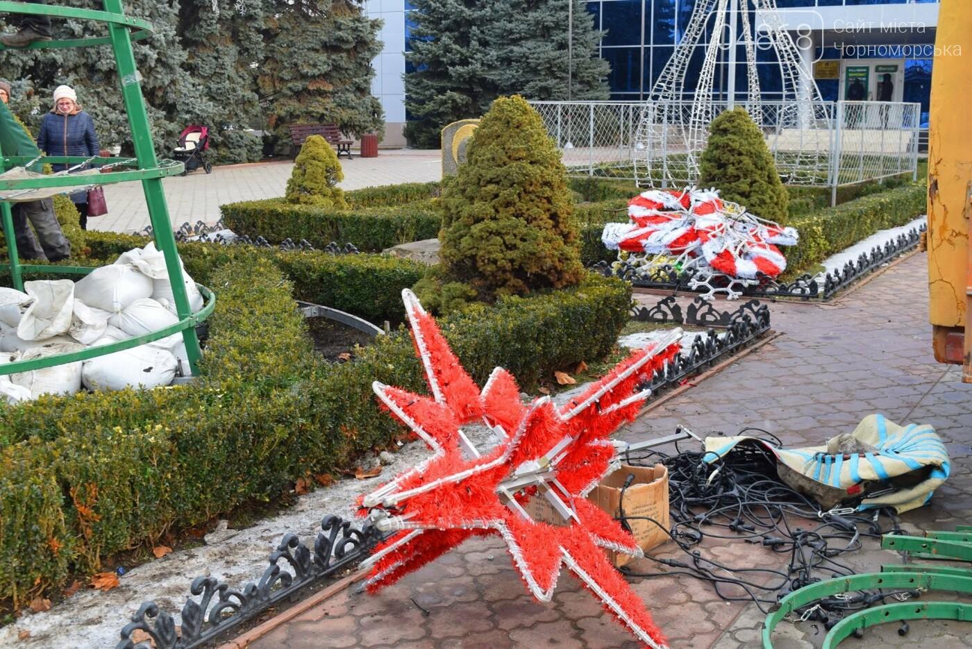 Немного грустно, но неизбежно: в Черноморске разбирают новогодние ёлки, фото-3