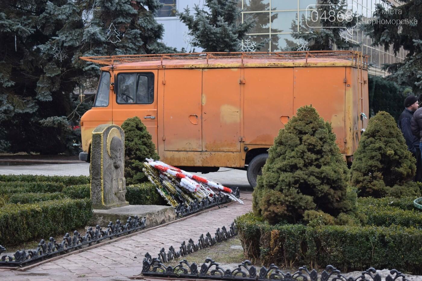 Немного грустно, но неизбежно: в Черноморске разбирают новогодние ёлки, фото-23