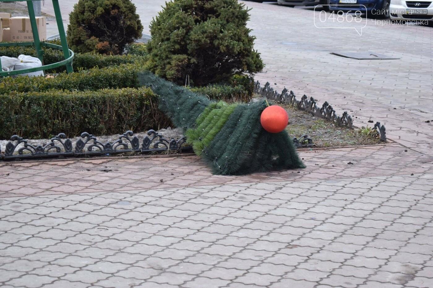 Немного грустно, но неизбежно: в Черноморске разбирают новогодние ёлки, фото-22