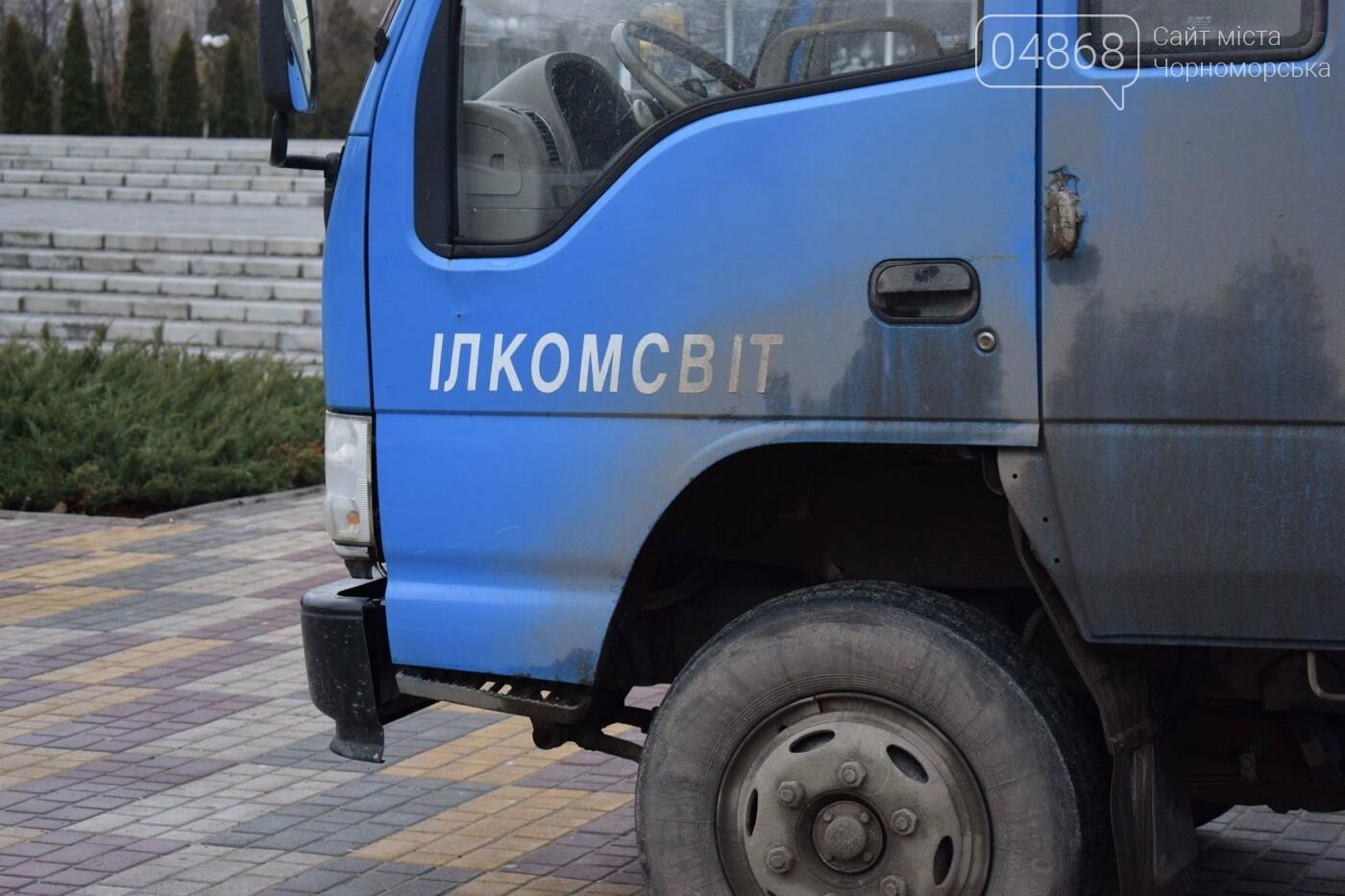 Немного грустно, но неизбежно: в Черноморске разбирают новогодние ёлки, фото-15