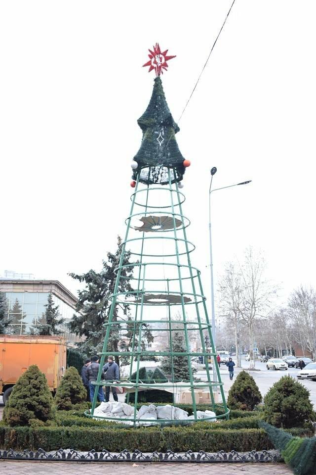Немного грустно, но неизбежно: в Черноморске разбирают новогодние ёлки, фото-2