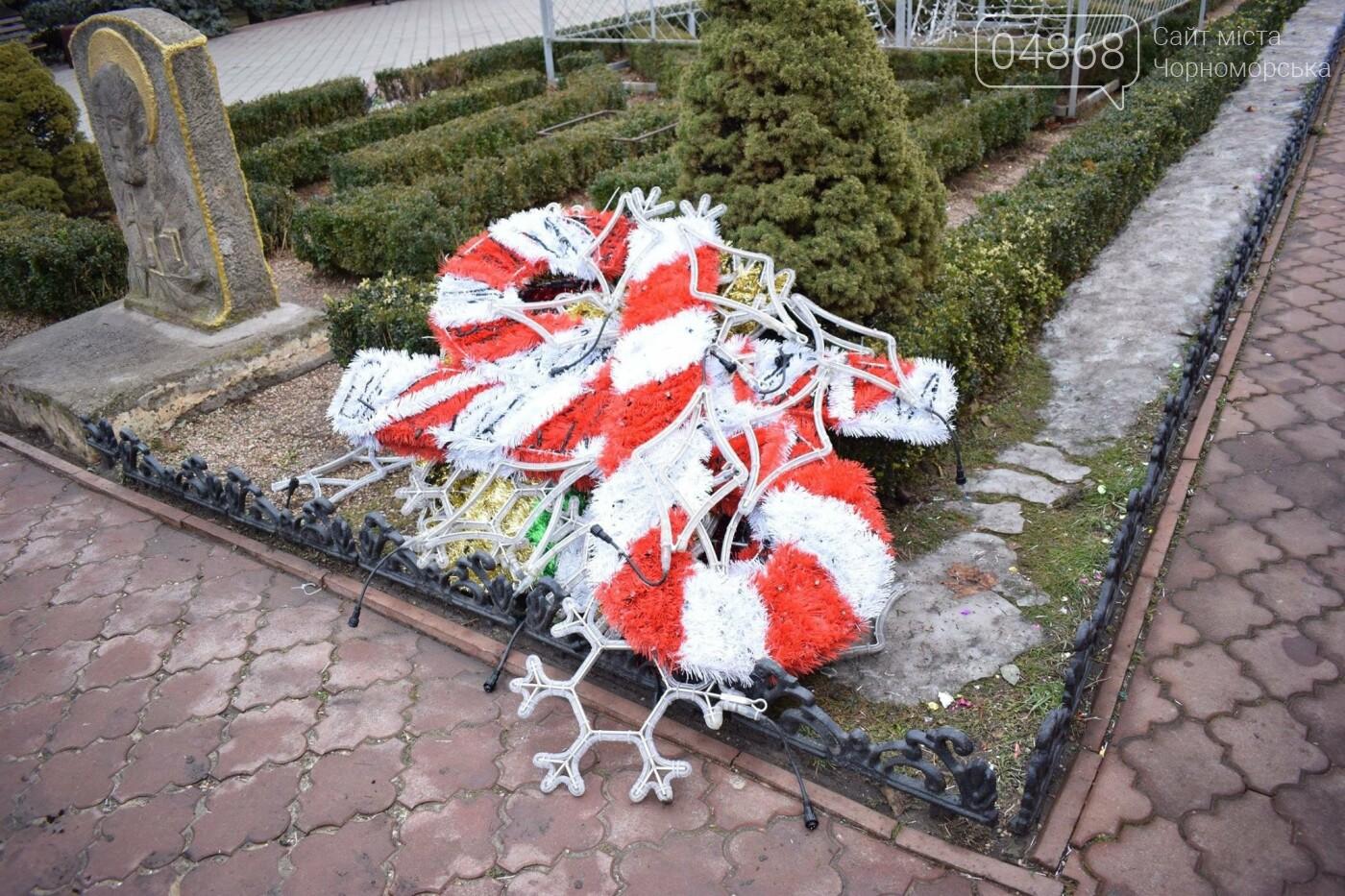 Немного грустно, но неизбежно: в Черноморске разбирают новогодние ёлки, фото-8