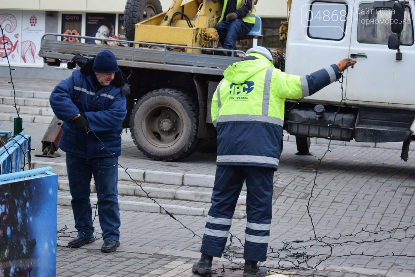 Немного грустно, но неизбежно: в Черноморске разбирают новогодние ёлки, фото-14