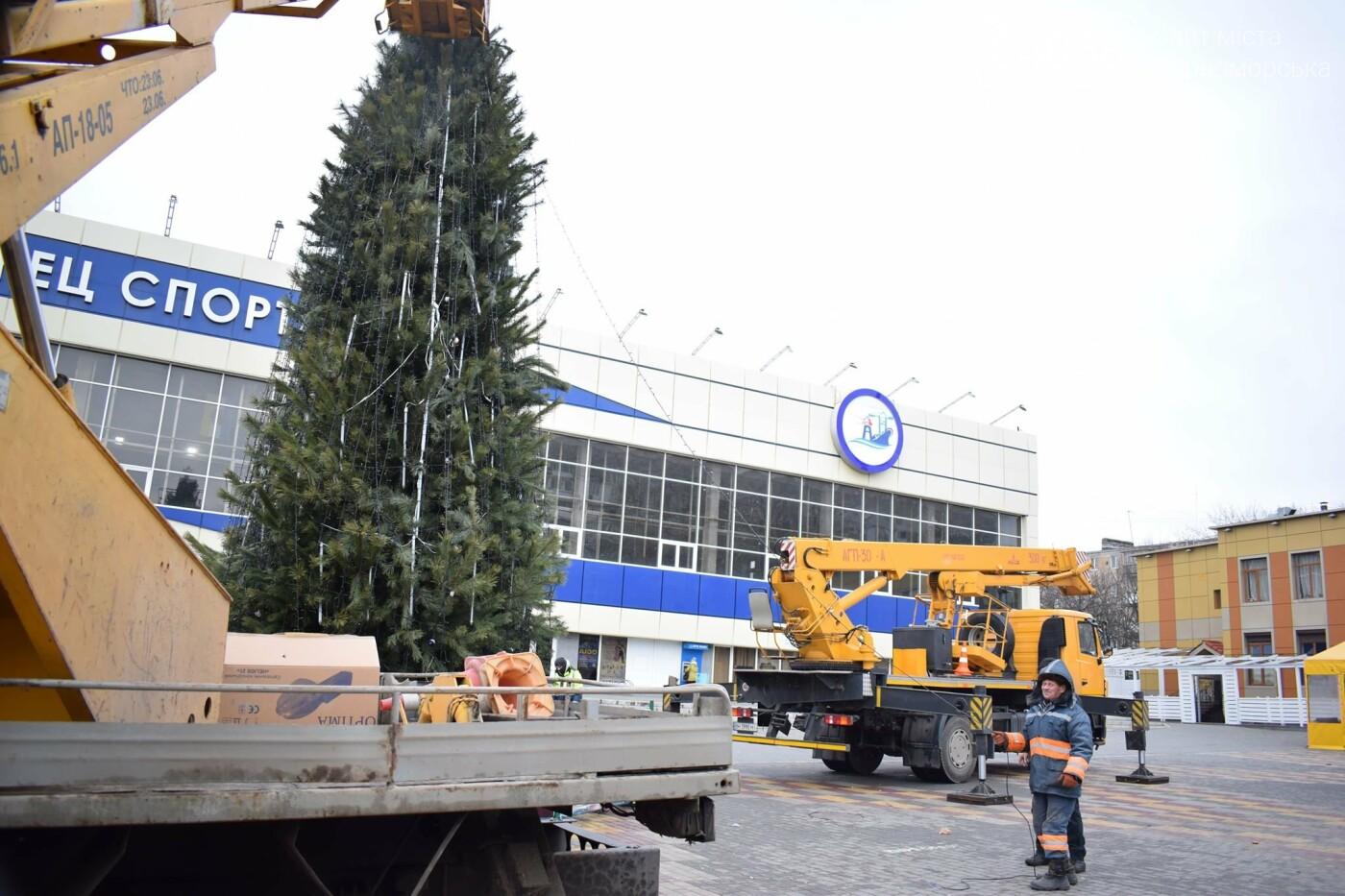 Немного грустно, но неизбежно: в Черноморске разбирают новогодние ёлки, фото-7