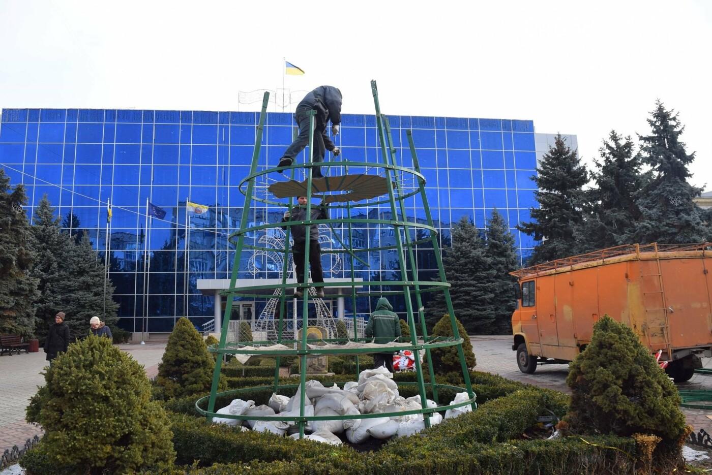 Немного грустно, но неизбежно: в Черноморске разбирают новогодние ёлки, фото-20