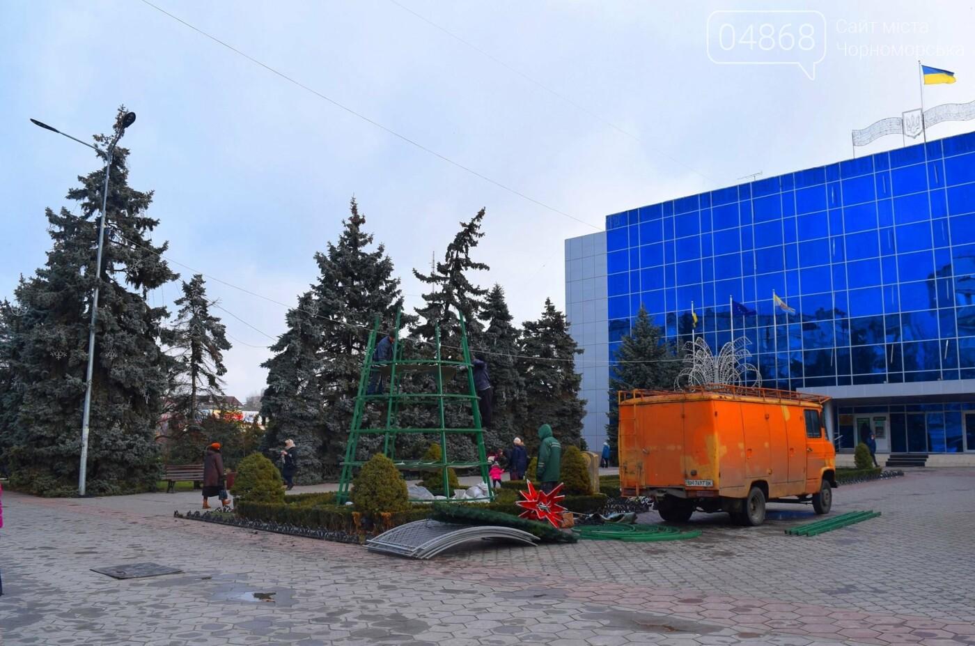 Немного грустно, но неизбежно: в Черноморске разбирают новогодние ёлки, фото-12
