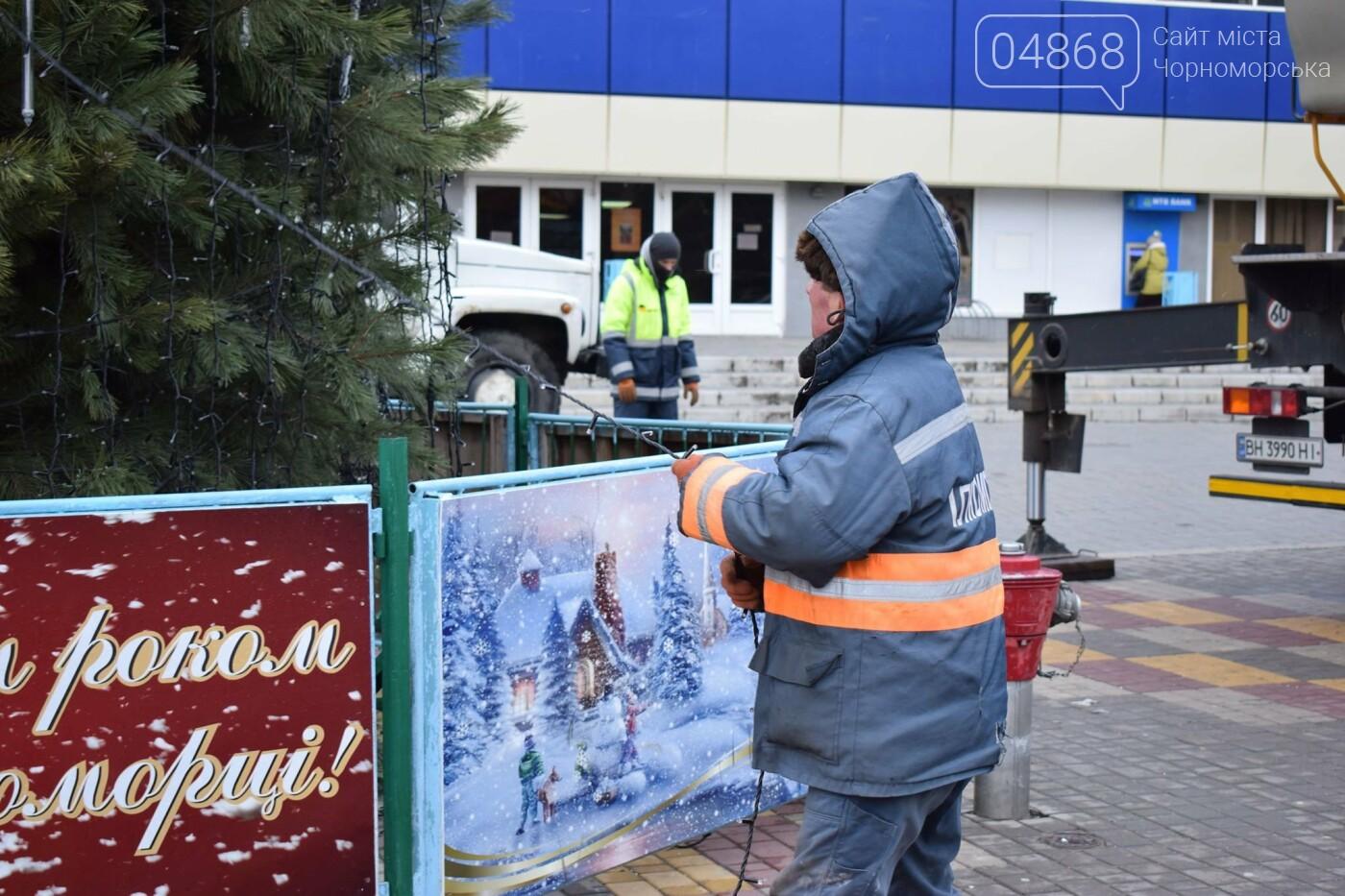 Немного грустно, но неизбежно: в Черноморске разбирают новогодние ёлки, фото-18