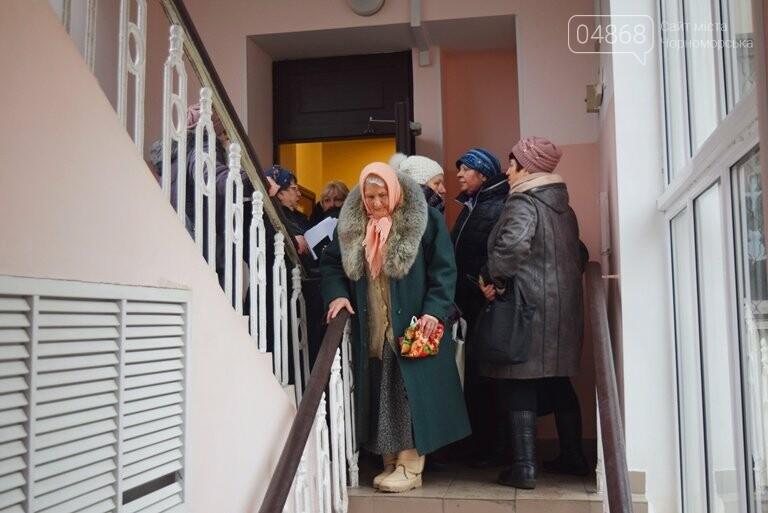 Сотни пенсионеров пришли в Управление социальной политики Черноморска (видео), фото-1